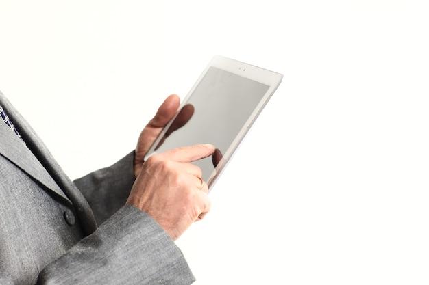 Close up.businessman señalar con el dedo a la pantalla de la tableta digital. aislado sobre fondo blanco.