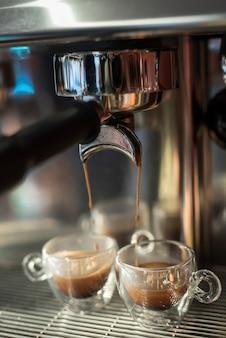 Close-up café vertido en tazas