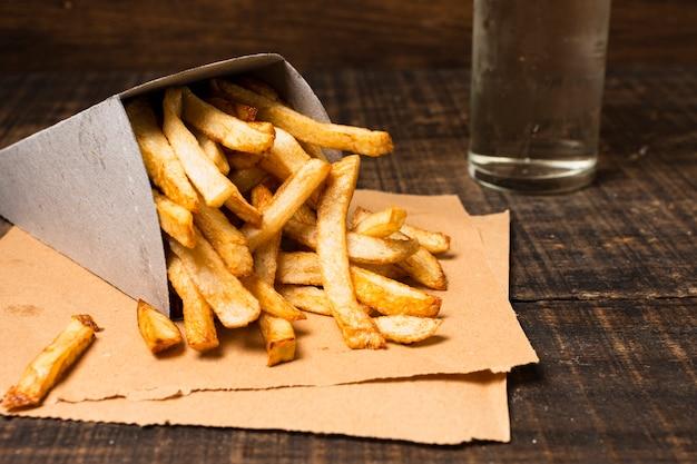 Close-up de caja de papas fritas doradas