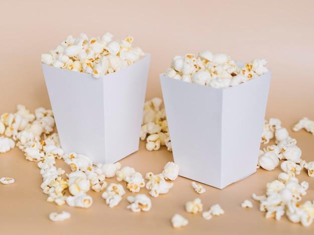 Close-up cajas de palomitas de maíz en la mesa