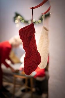 Close-up calcetines de navidad blanco y rojo