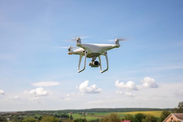 Close up en cámara de drone blanco. drone quadcopter en vuelo