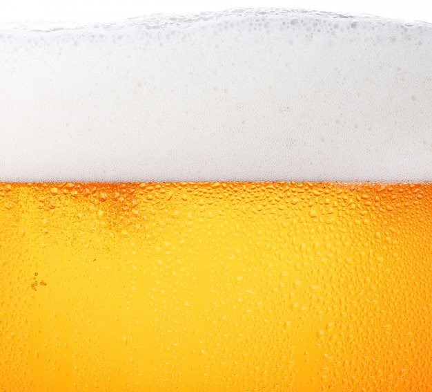 Close-up de cerveza con burbujas en un vaso