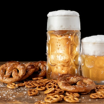 Close-up cerveza con espuma y pretzels