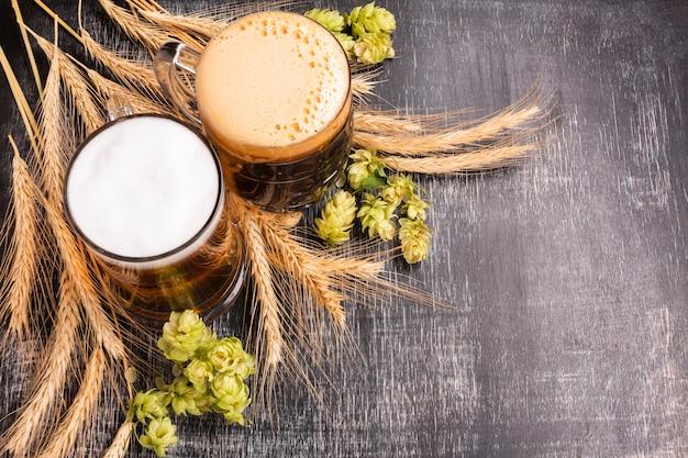 Close-up cerveza con ingredientes