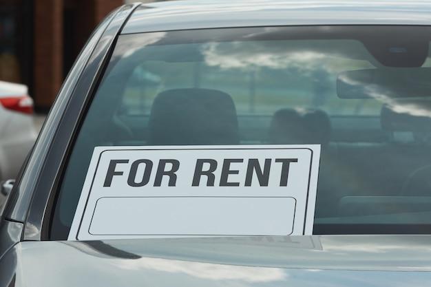 Close-up de coche con cartel en alquiler