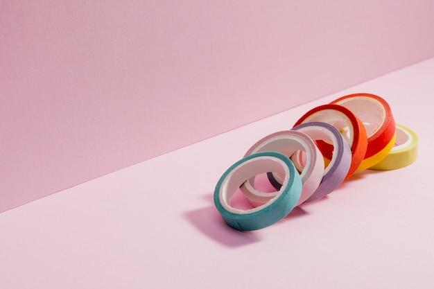 Close-up coloridas cintas de violonchelo con espacio de copia