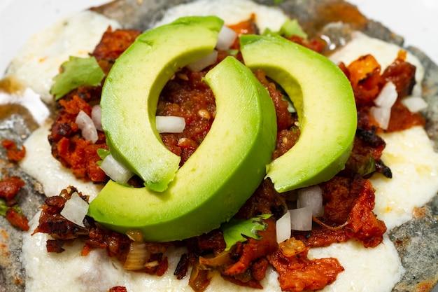 Close-up comida mexicana con aguacate