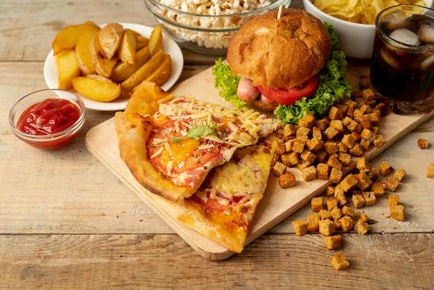 Close-up comida rápida y aperitivos en la mesa