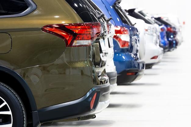 Close-up de un concesionario de automóviles filas de crossovers urbanos para la venta, vista trasera
