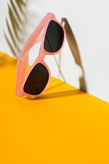 Close-up cool gafas de sol con sombra