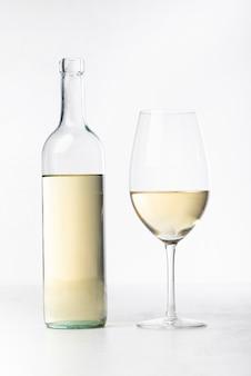 Close-up copa de vino blanco y botella