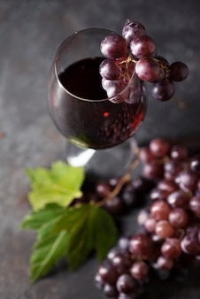 Close-up copa de vino rodeado de uvas