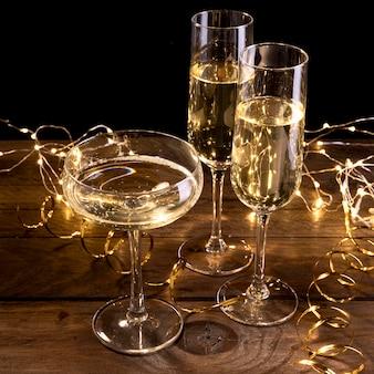 Close-up copas de champán en la mesa