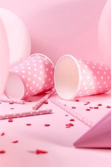 Close-up decoraciones de color rosa en la mesa