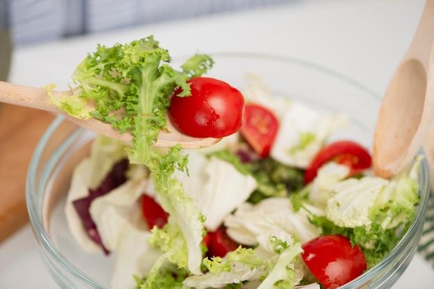 Close-up deliciosa ensalada fresca con tomates