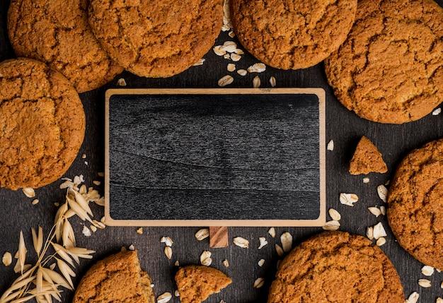 Close-up deliciosas galletas y pizarra