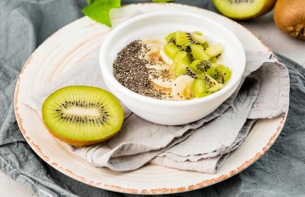 Close-up delicioso desayuno con kiwi y leche