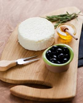 Close-up delicioso queso con aceitunas