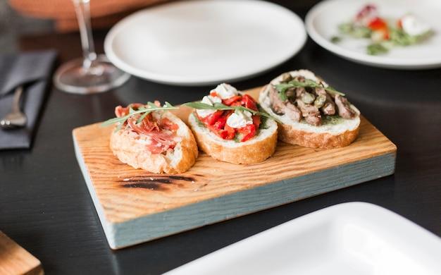 Close-up deliciosos aperitivos en una tabla de madera