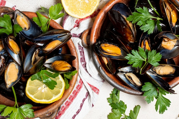 Close-up deliciosos mejillones con perejil