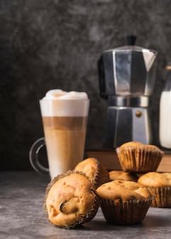Close-up deliciosos muffins con café