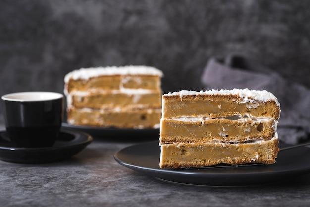Close-up deliciosos pedazos de pastel listos para ser servidos