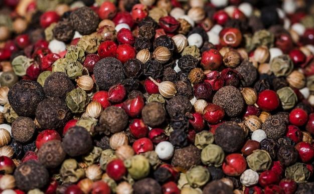 Close-up diferentes tipos de pimienta
