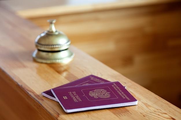 Close-up dos pasaportes rusos en el mostrador de recepción de madera