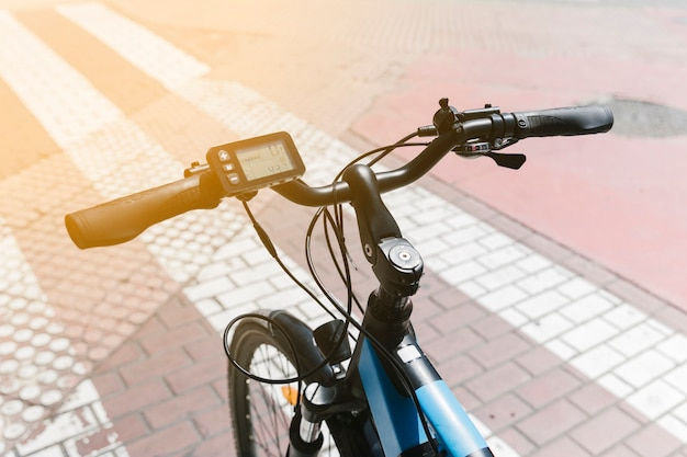 Close up e-bike en calle con sunflare