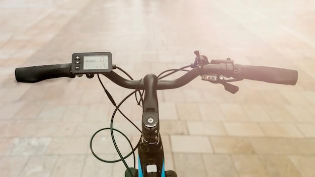 Close up e-bike en calle con sunflare