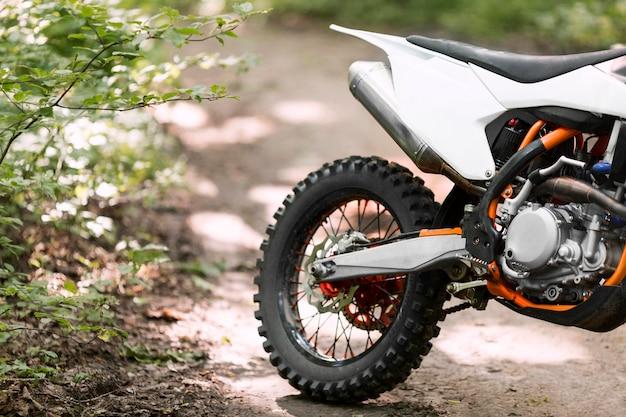 Close-up elegante motocicleta estacionada en el bosque