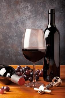 Close-up elementos de cata de vinos en la mesa