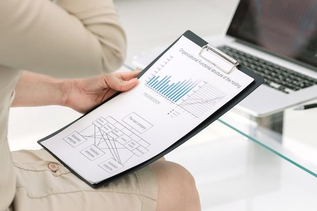 Close up.empresaria analizando el informe anual