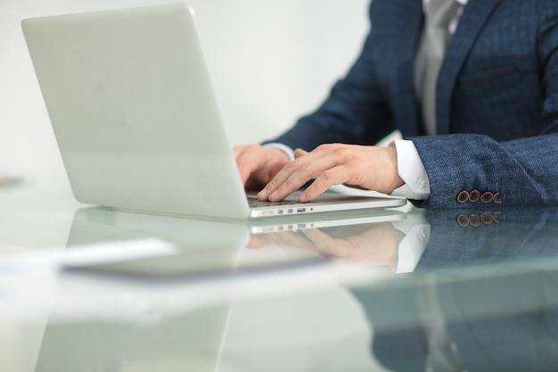 Close up.empresario que trabaja con gráficos financieros en la computadora portátil.