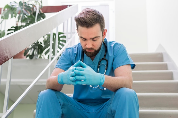 Close-up enfermero tomando un descanso en el trabajo
