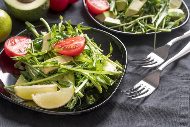 Close-up ensalada saludable sobre la mesa