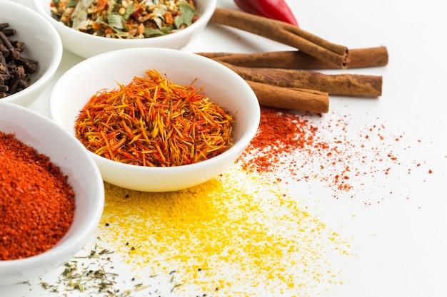 Close-up especias en polvo y hierbas en la mesa