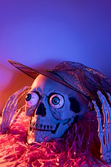 Close-up espeluznante esqueleto de halloween con confeti