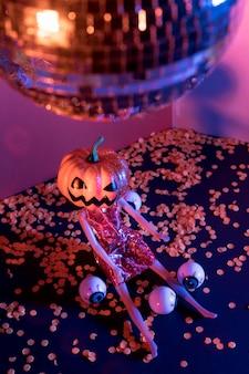 Close-up espeluznantes juguetes de halloween y bola de discoteca
