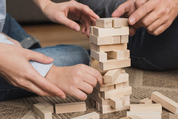 Close-up familia jugando jenga