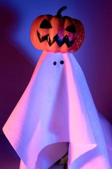 Close-up fantasma de halloween con calabaza