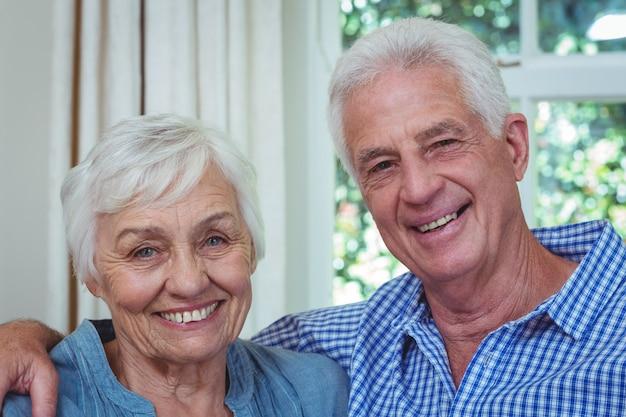 Close-up feliz pareja senior con brazo alrededor