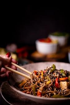 Close-up de fideos en un tazón con verduras