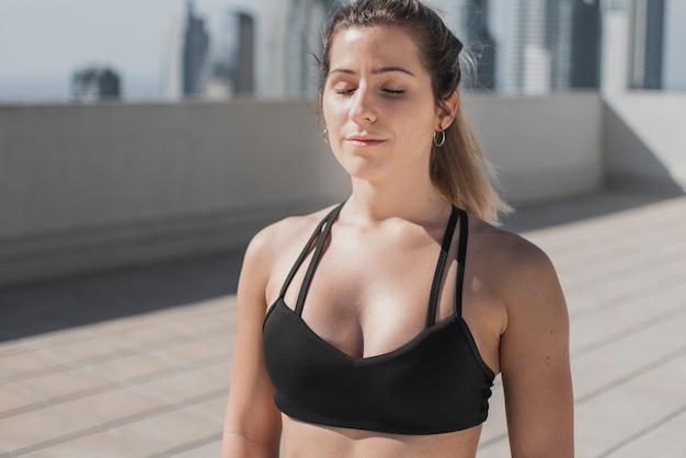 Close-up fit joven meditando
