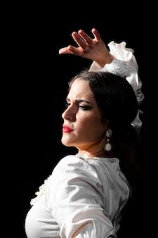 Close-up flamenca sosteniendo un brazo