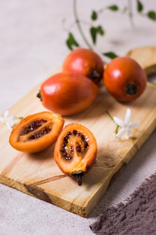 Close-up frutas exóticas frescas listas para ser servidas