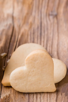 Close-up de galletas en forma de corazón con fondo de madera