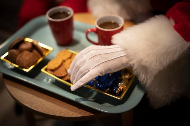 Close-up galletas de navidad en una bandeja