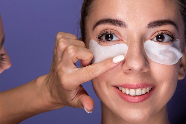 Close-up girl recibiendo tratamiento para el cuidado de la piel